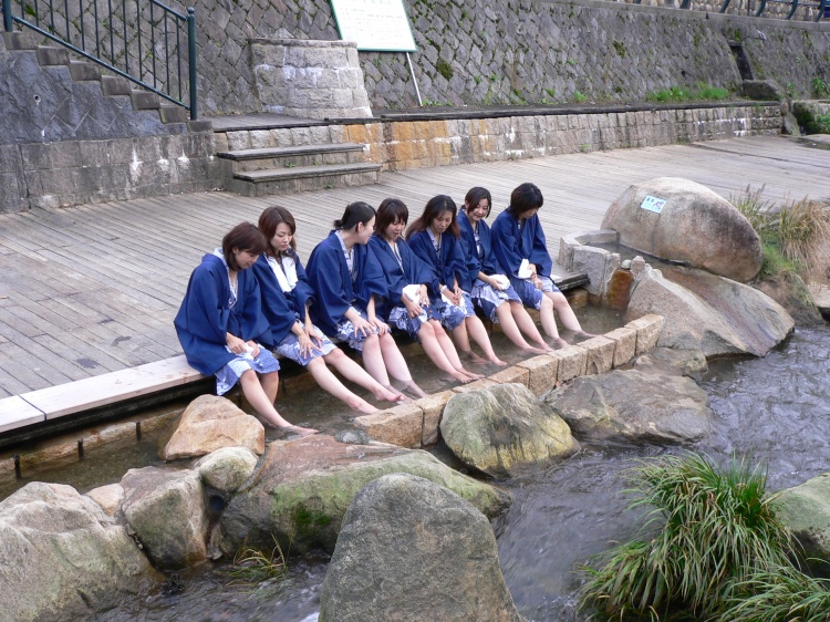 Tamatsukuri Onsen - Open foot bath onsen and japanese girls