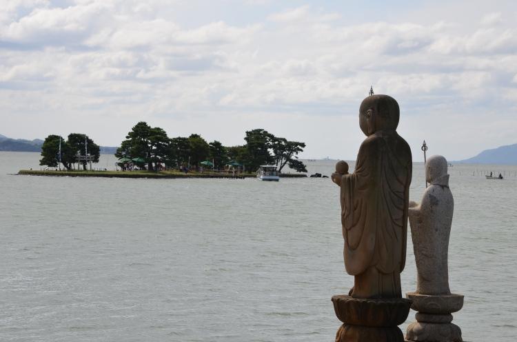 Statues au bord du lac