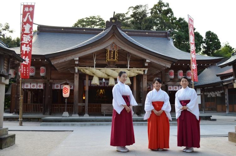 Trois Miko au sanctuaire Yaegaki