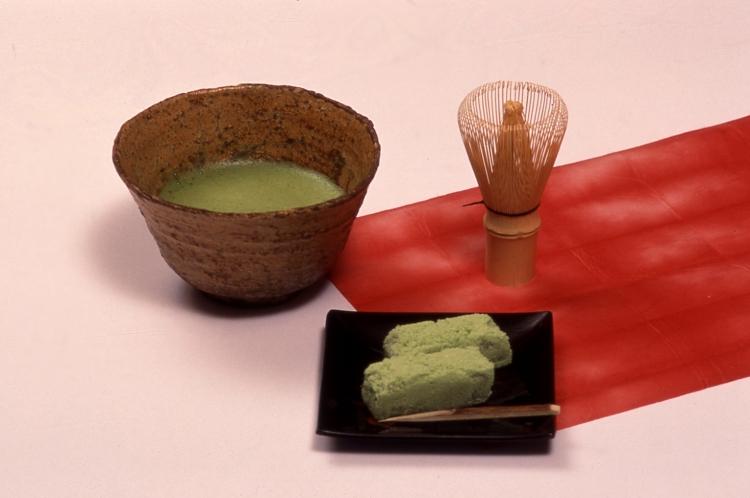 Wagashi et thé vert en poudre matcha