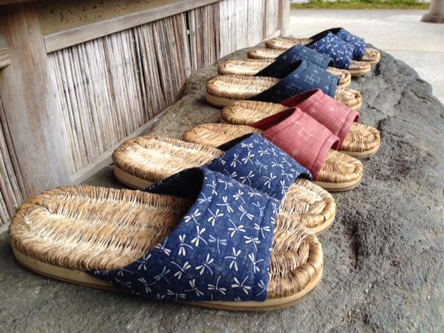 Sandales japonaises appelées Zôri (草履) pour vous déplacer dans le jardin.