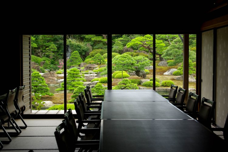 Restaurant à l'intérieur du jardin